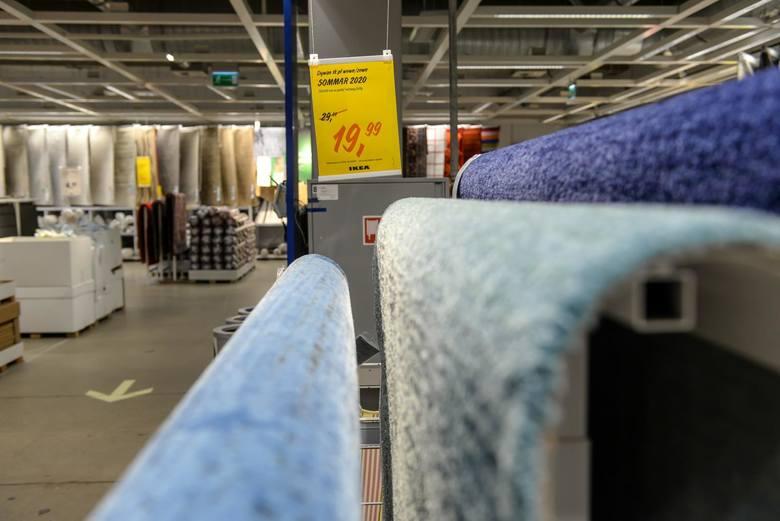 Nowy pracownik sklepu IKEA może liczyć na wypłatę w wysokości 3300 zł brutto. Stawki wzrastają wraz z każdym przepracowanym rokiem