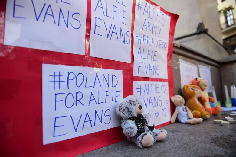 Oczy całego świata skierowane są na szpital w Liverpoolu, w którym o życie walczy Alfie Evans. Decyzją brytyjskich lekarzy i sądów 2-letni Alfie został