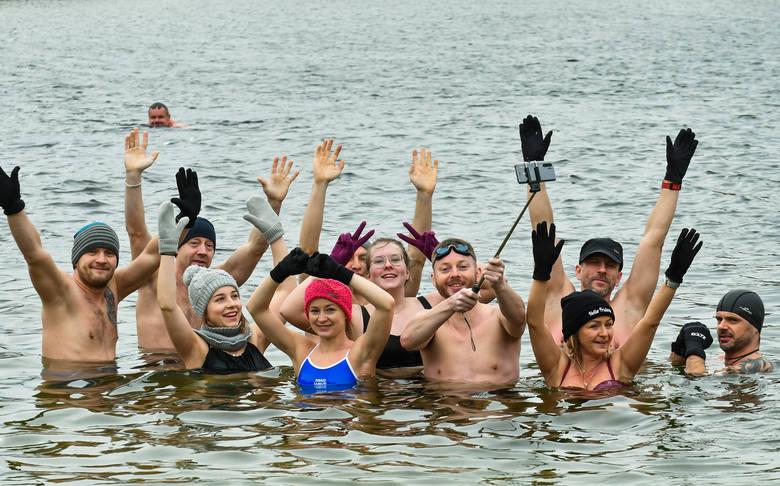 Morsy z Bydgoszczy jak co niedzielę w samo południe zebrały się na plaży w Pieckach. Pomimo silnego wiatru była tradycyjna kąpiel w Jeziorze Jezuickim
