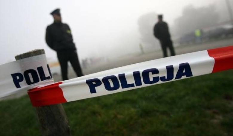 Olkusz. Policjanci byli w szoku. Pijana matka, narkotyki, pistolet oraz trójka małych dzieci