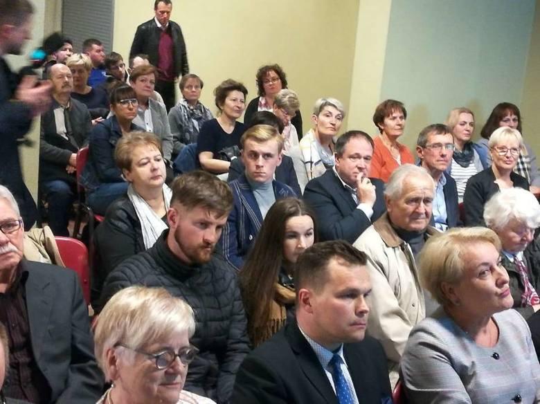 Gniezno: Prof. Bogdan Chazan opowiadał o in vitro i sumieniu. Przed budynkiem zorganizowano protest [ZDJĘCIA]