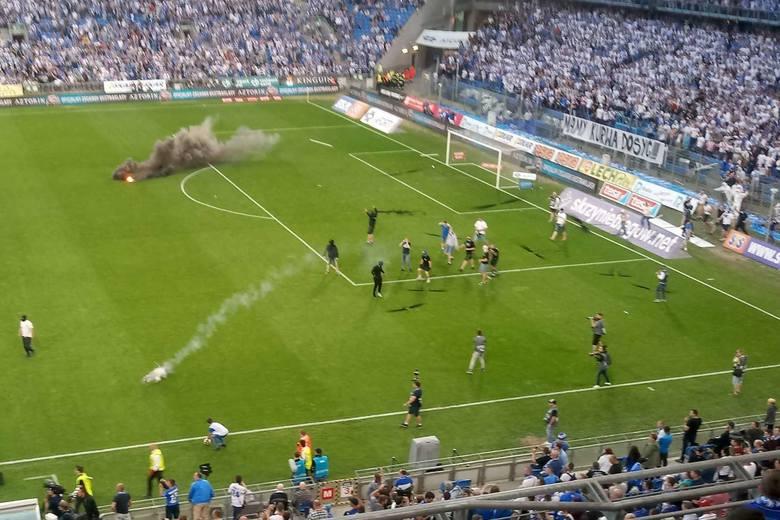 Mecz Lech - Legia przerwano po tym, jak kibice wtargnęli na murawę.