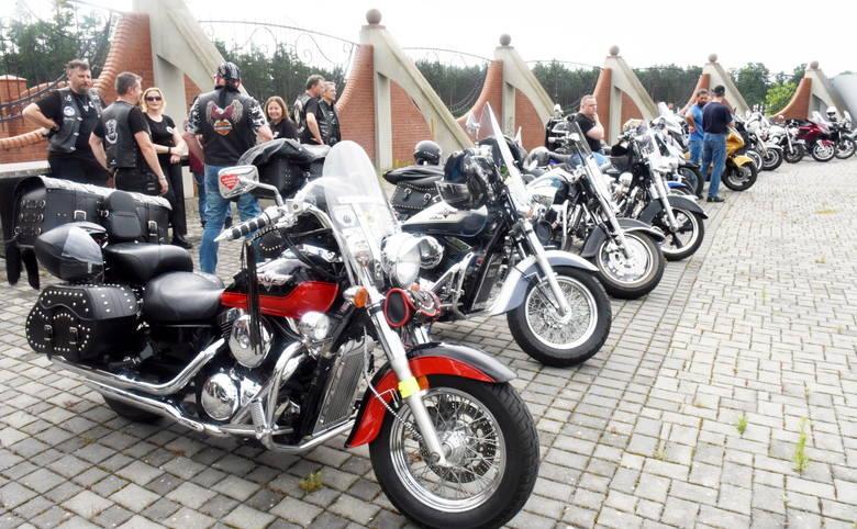 Motocykliści odpowiedzieli na apel rodziny i licznie przybyli na pogrzeb swojego tragicznie zmarłego kolegi. Marek zginął tragicznie w niedzielę, 5 lipca,