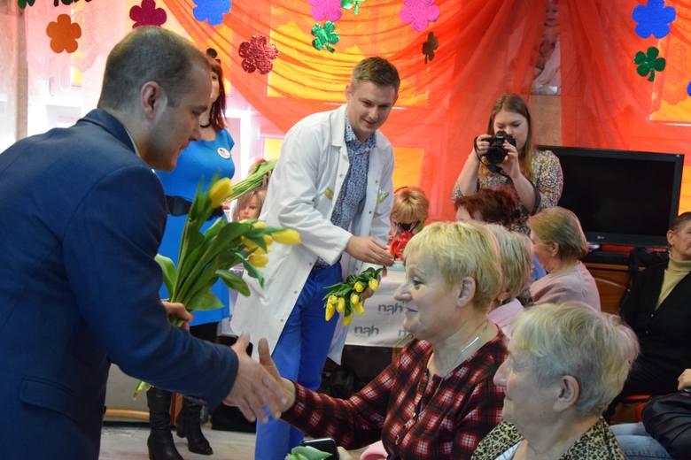 """Akcja """"Piękna w chorobie"""" w Wojewódzkim szpitalu w Przemyślu. Żółte tulipany wszystkim paniom rozdali lek. Kamil Kuć, ordynator oddziału"""