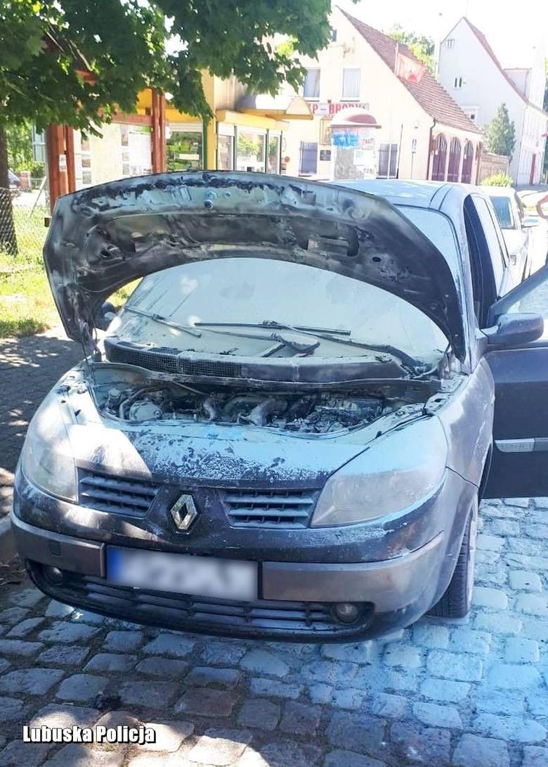 O dużym szczęściu może mówić właściciel renault, któremu zapaliło się auto. Policjanci z posterunku w Brodach zauważyli płomienie wydobywające się spod