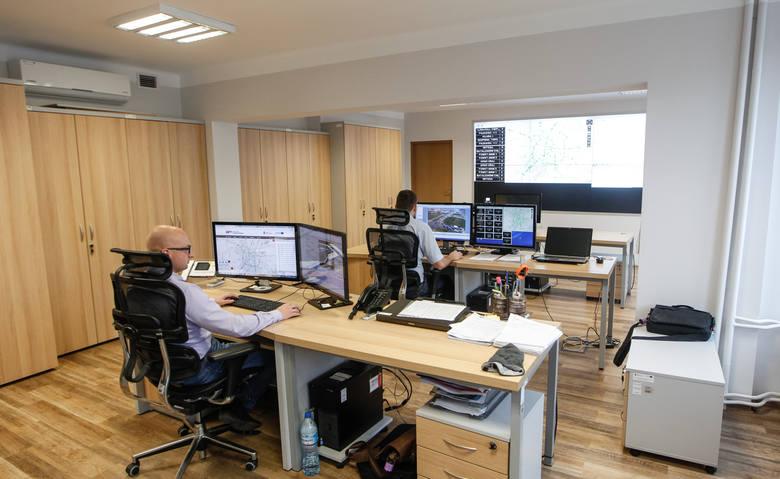Pracownicy centrum przy ulicy Targowej mają podgląd na sytuację na 53 skrzyżowaniach objętych systemem elektronicznego sterowania ruchem. Widzą je z 68 kamer. Mogą reagować na korki, ingerując w działanie świateł