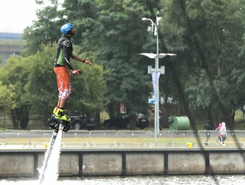 Akrobatyczne skoki do Odry z Trasy Zamkowej robią wrażenie!