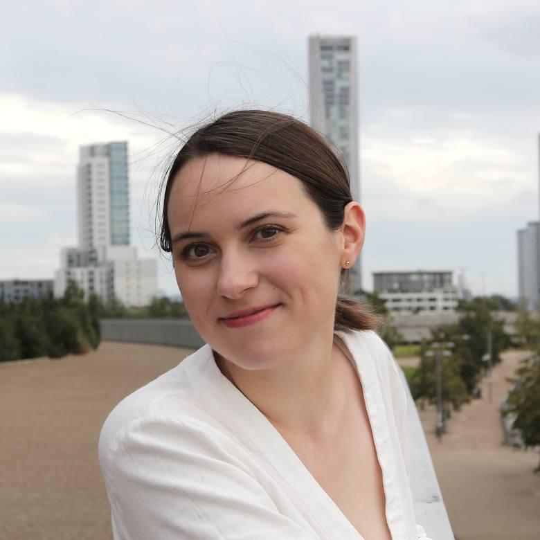 Sara Nalaskowska po studiach na Politechnice Łódzkiej i Politechnice Gdańskiej trafiła do Wedderburn Transport Planning. W tle zabudowania wschodniego Londynu