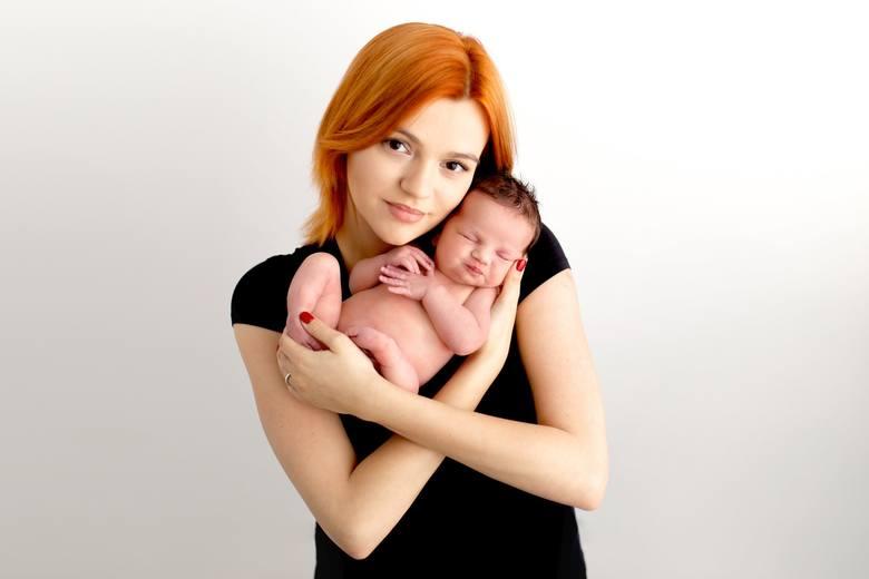 Julia Szczerba cierpi na hemimelię strzałkową. Jej rodzice muszą zebrać 2 miliony zł na serie operacji.