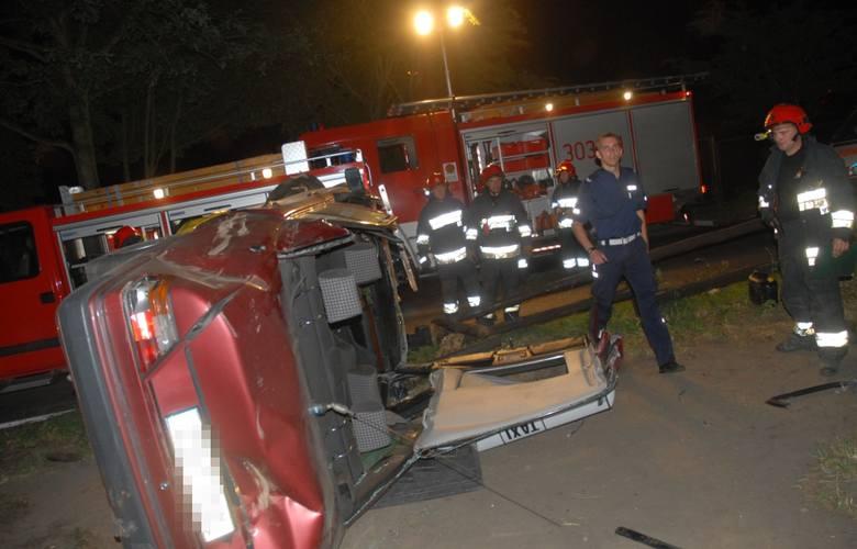 Taksówka uderzyła w ogrodzenie na ul. Kupczyka w Szczecinie.