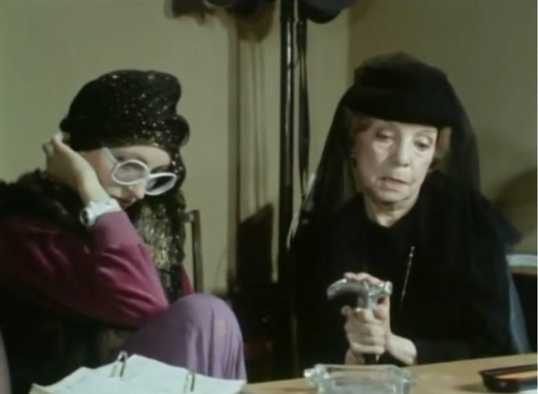 """Odcinek dziesiąty """"Grobowiec rodziny von Rausch"""". Na zdjęciu Małgorzata Gebel (jako Barbara, ekscentryczna wnuczka Izabelli Wrońskiej) i Barbara Ludwiżanka jako wdowa Izabella Wrońska z Czajkowskich. Barbara Ludwiżanka na teatralnej scenie debiutowała już w 1924 w Teatrze Polskim w Poznaniu,..."""