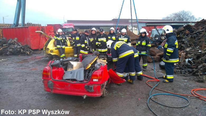 Wyszków: ćwiczenia strażaków na złomowisku [ZDJĘCIA]
