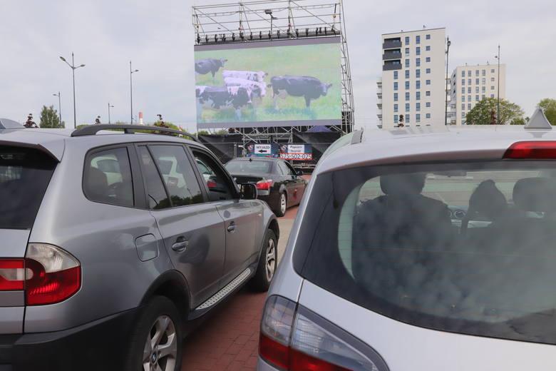 Na parkingu przy stadionie Widzewa w piątek rozpoczęło działalność pierwsze kino samochodowe w Łodzi. Dwie projekcje spotkały się ze sporym zainteresowaniem.