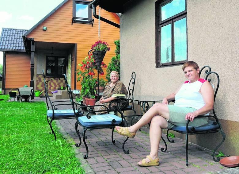 Siostra króla disco polo Wioletta i mama Teresa siedzą na podarowanych przez Zenka krzesłach przed letnią kuchnią, w której Zenek przyszedł na świat
