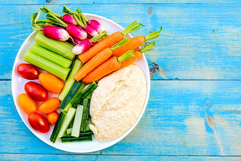 Surowe warzywa i owoce mają najwięcej witamin, dlatego nie powinno ich zabraknąć w menu dziecka.
