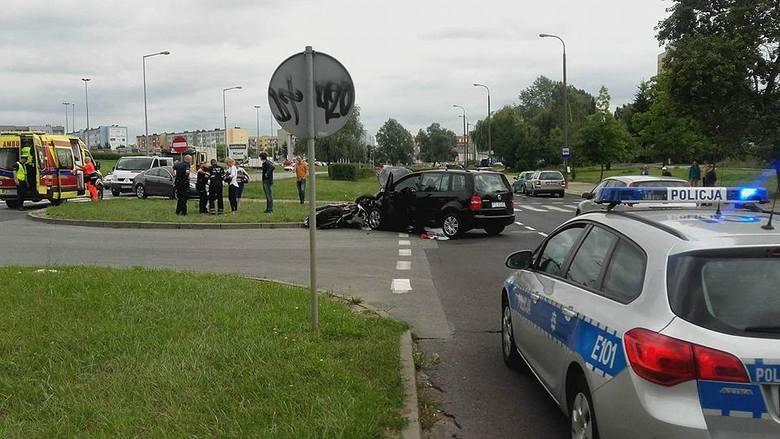 Po 13.00 volkswagen zderzył się z motocyklem. Siła uderzenia była duża. Volkswagen ma zniszczony przód, motocykl jest wciśnięty w krawężnik. Na razie