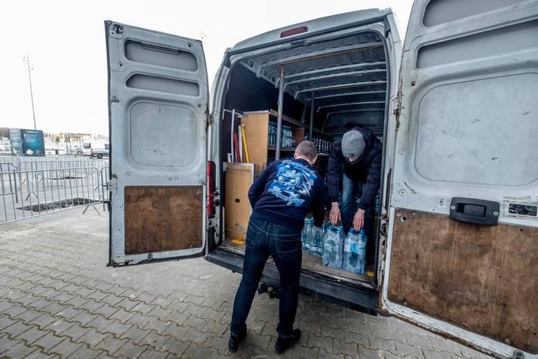 Ogromnym wsparciem zarówno dla osób starszych, jak i pracowników służb medycznych są kibice Lecha i sympatycy klubu, którzy jednokrotnie angażowali się w pomoc osobom potrzebującym, w zbiórki charytatywne, czy zapoczątkowali akcje powstańcze.
