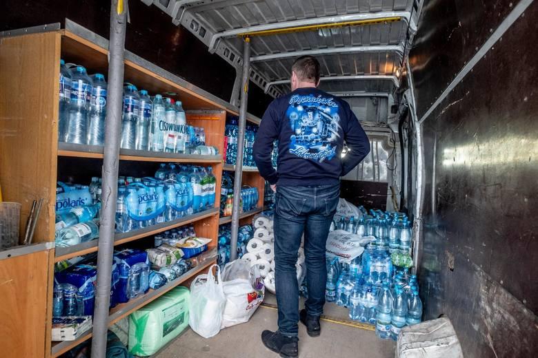 Stowarzyszenie Kibiców Kolejorz oraz poznański ośrodek Kibice Razem – Lech Poznań organizują zbiorki żywności, a także produktów ochronnych, dezynfekcyjnych.