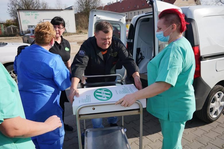 Bistro Dorota było jednym z pierwszych, które postanowiło podzielić się posiłkiem z pracującymi w służbie zdrowia. W poniedziałek pracownicy przywieźli po pięć zgrzewek wody oraz 60 porcji żurku. W kolejne dni pracownicy szpitala mogli skosztować białej kiełbasy.