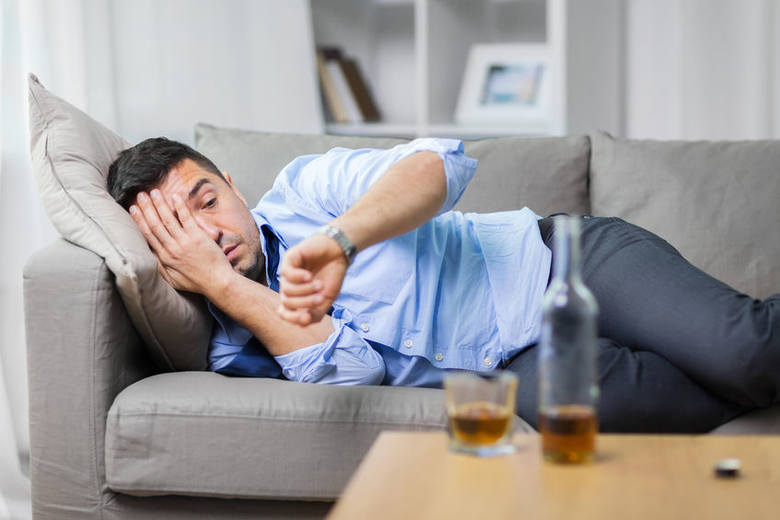 Jednym z powodów, dla których sięgamy po napoje wysokoprocentowe, jest chwilowa poprawa samopoczucia. Związane jest to bezpośrednio, z tym że alkohol