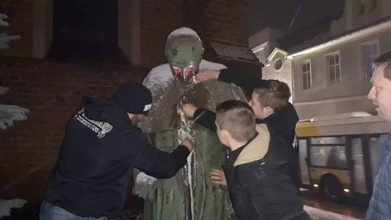 Działacze Kukiz'15 i kibice oczyścili pomnik