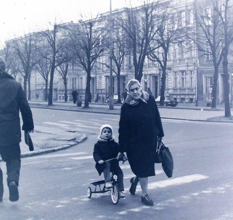 Babcia z małym rowerzystą na al. Wojska Polskiego w lutym 1974 roku