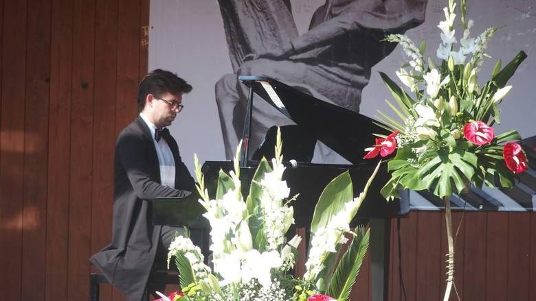 W służewskiej Muszli Koncertowej odbył się recital fortepianowy Marka Bracha.Artysta uważany za jednego z najbardziej obiecujących polskich pianistów