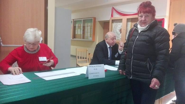 Przebieg głosowania w obwodowej komisji wyborczej nr 13. Na zdjęciu Czesława Gimzicka