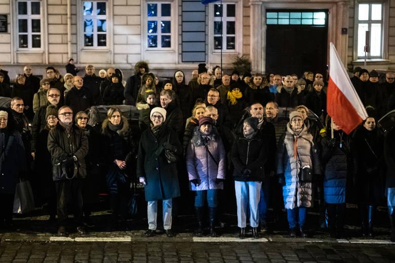 """W czwartek wieczorem przed budynkami Sądu Rejonowego i Sądu Okręgowego Komitet Obrony Demokracji zorganizował protest przeciwko tzw. """"ustawie"""