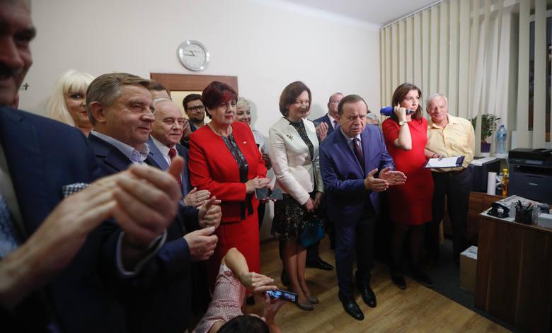 Radość w sztabie rzeszowskiego PiS po ogłoszeniu wstępnych wyników wyborów do parlamentu.