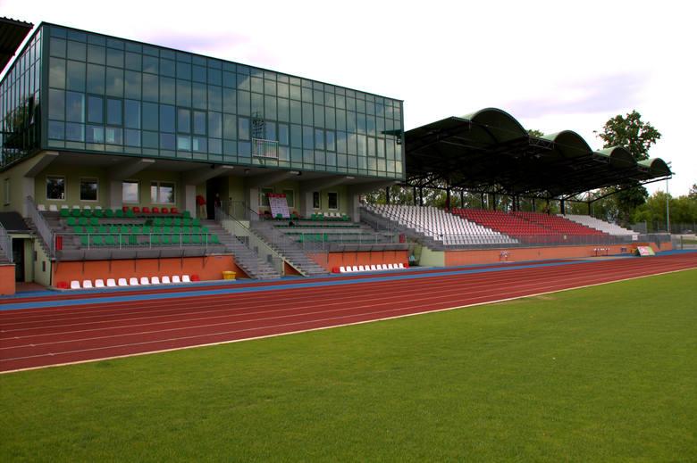 Stadion Miejski w ŁomżyPojemność: 3450Stadion w Łomży gruntowną modernizację przeszedł w latach 2007-2013. Inauguracja obiektu przypadła na mecz drużyn