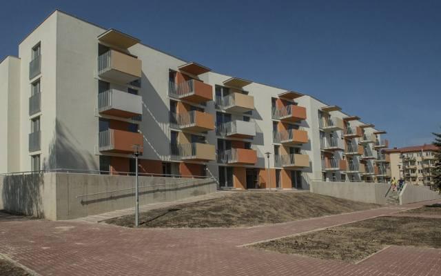 """""""Mieszkanie Plus"""" to kompleksowy program działań, który ma na celu zwiększyć ilość dostępnych cenowo mieszkań. Jest to program adresowany"""