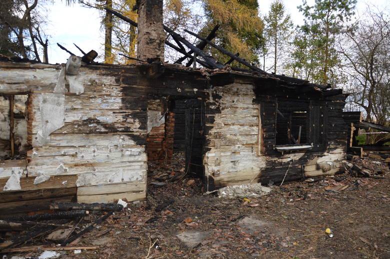 Stanisław Wróbel obok spalonego domu, przed którym doszło do gorszących scen w trakcie pożaru