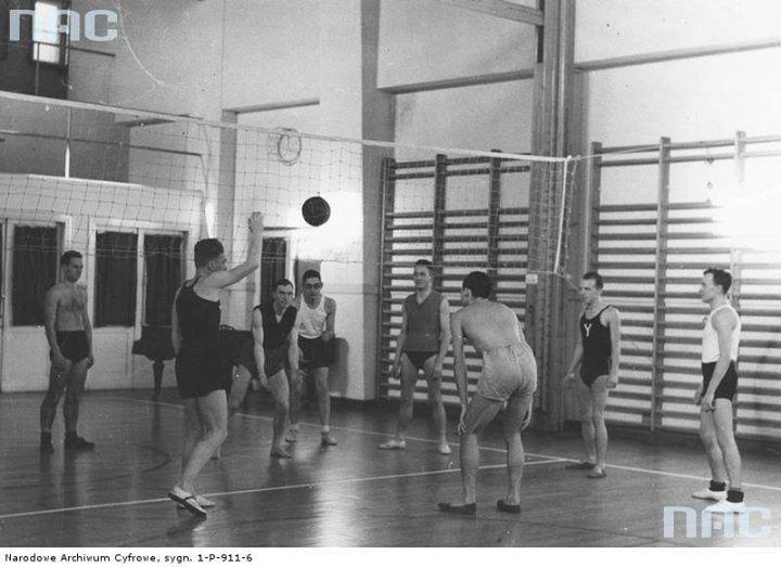 Pokaz gry w siatkówkę na sali gimnastycznej w gmachu YMCA.