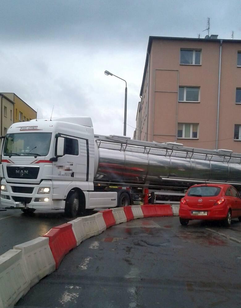 Ostatni raz ciężarówka sforsowała kanał Ulgi tymczasową kładką w poniedziałek. Była to potężna cysterna.