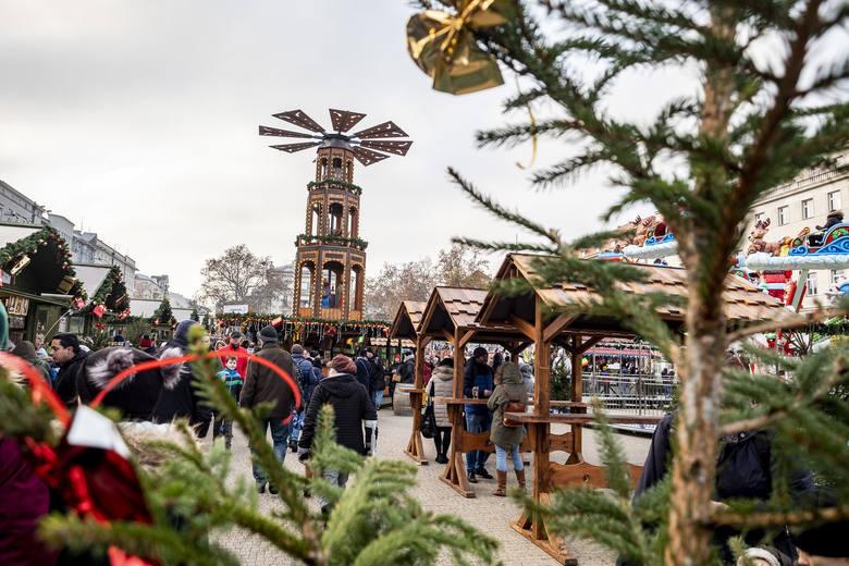 Na poznańskich ulicach pojawiły się już świąteczne ozdoby. Od tygodnia jest już otwarty jarmark bożonarodzeniowy na placu Wolności. Czy w stolicy Wielkopolski