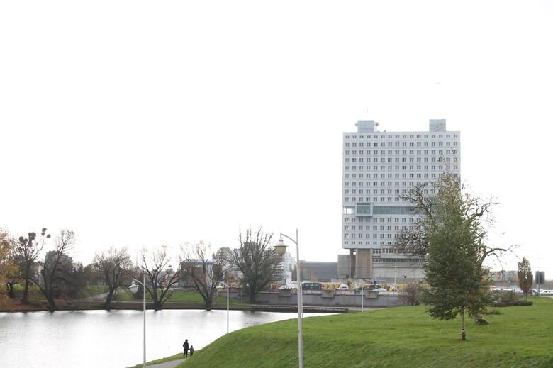 Królewiecki zamek został uszkodzony podczas brytyjskiego nalotu dywanowego w sierpniu 1944 roku. Wojnę jednak przetrwał, Niemcy opuścili go bez walki. Pozostałości zamku zostały jednak w latach 60. wysadzone w powietrze. Na gruzach dawnej krzyżackiej warowni gospodarze Kaliningradu zaczęli budowę...