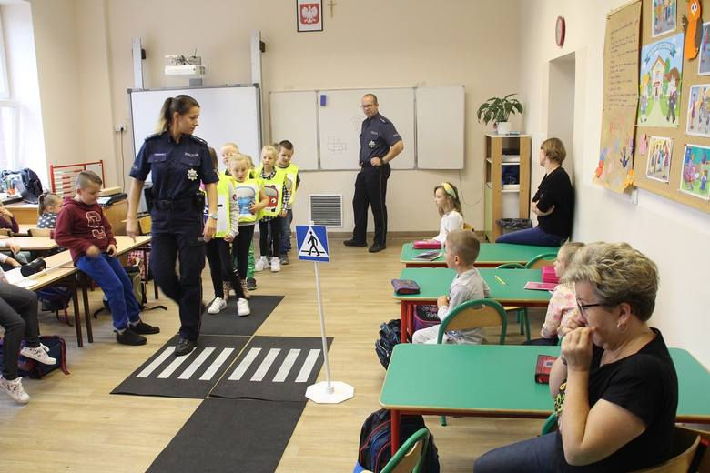 Nakielski dzielnicowy wspólnie z  mł. asp. Zofią Wrzeszcz, policjan-tką zajmującą się w KPP w Nakle profilaktyką  odwiedzili Szkołę Podstawową nr 2 w