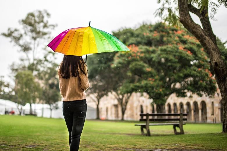 Według prognoz IMGW w piątek zachmurzenie duże. Przelotne opady deszczu. Temperatura maksymalna 17-20°C. Wiatr umiarkowany, okresami porywisty, zachodni