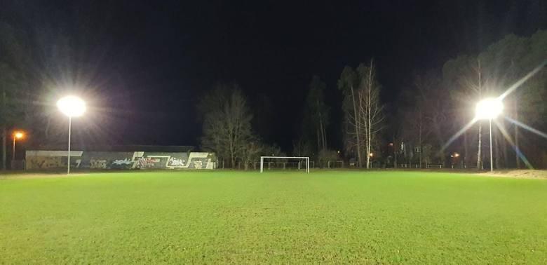 Czwartoligowy Proch Pionki będzie mógł trenować po zmroku. Klub doczekał się sztucznego oświetlenia na boisku treningowym. Koszt lamp to około 12 tysięcy