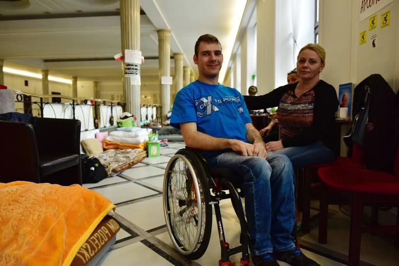 Mija rok od protestu osób niepełnosprawnych w Sejmie. Trwał 40 dni. Skończył się połowicznym sukcesem: podniesieniem renty socjalnej i wprowadzeniem