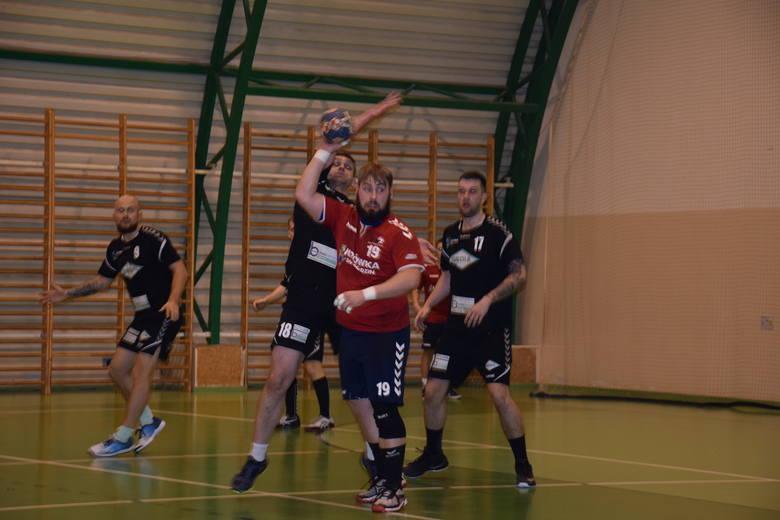 Niezwykły przebieg miały derby w piłce ręcznej II ligi: UKS Trójka Nowa Sól – Zew Świebodzin. Od początku meczu aż do 58 minuty prowadził Zew 27:25.