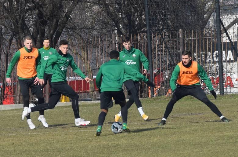 Środowy trening Radomiaka odbył się na trawiastym boisku przy ulicy Struga 63. Poza Mateuszem Radeckim i Meikiem Karwotem, wszyscy trenowali. Obaj narzekają