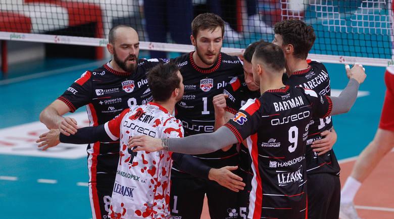 Asseco Resovia odniosła pierwsze zwycięstwo w sezonie 2019/20 w PlusLidze siatkarzy. Rzeszowianie pod wodzą trenera Piotra Gruszki pokonali u siebie