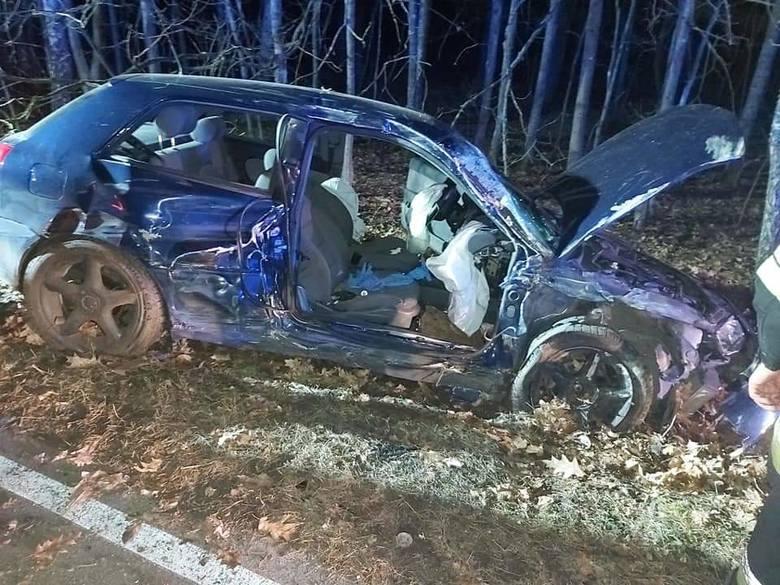 W poniedziałek (17.02) w Krępkowicach w powiecie lęborskim doszło do groźnie wyglądającego wypadku. Samochód osobowy uderzył w drzewo. W wyniku zdarzenia