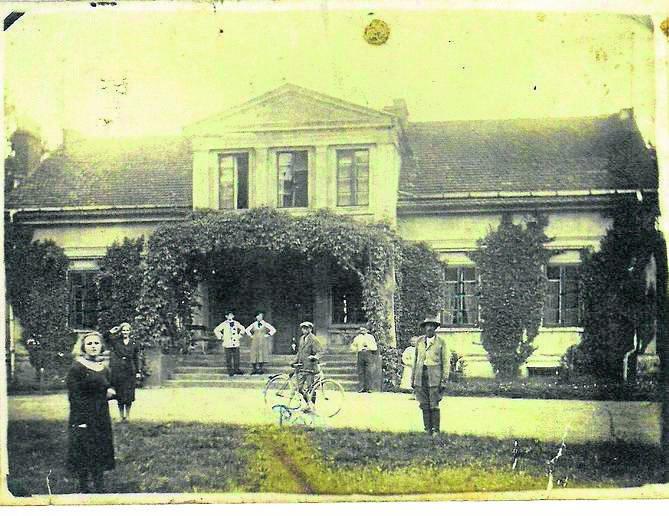 Zdjęcie zrobione około 1920 roku przed pałacem w Kuczwałach, w pobliżu Sławkowa