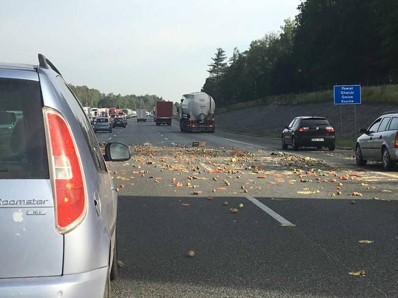 Wypadek na autostradzie A1 na wysokości Dębieńska. Samochód dostawczy z niewiadomych jeszcze przyczyn, uderzył w bariery energochłonne, odbił się i przewrócił