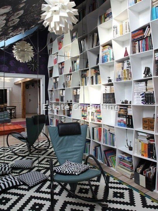 Gabinet z biblioteką , który może być jednocześnie pokojem gościnnym - posiada ukryte łóżko;