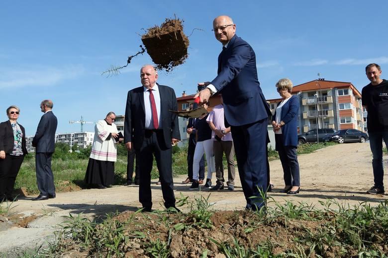Budowa dróg dojazdowych do szkoły podstawowej przy ul. Berylowej (na zdjęciu: oficjalne przekazanie wykonawcy terenu, gdzie powstanie szkoła - czerwiec