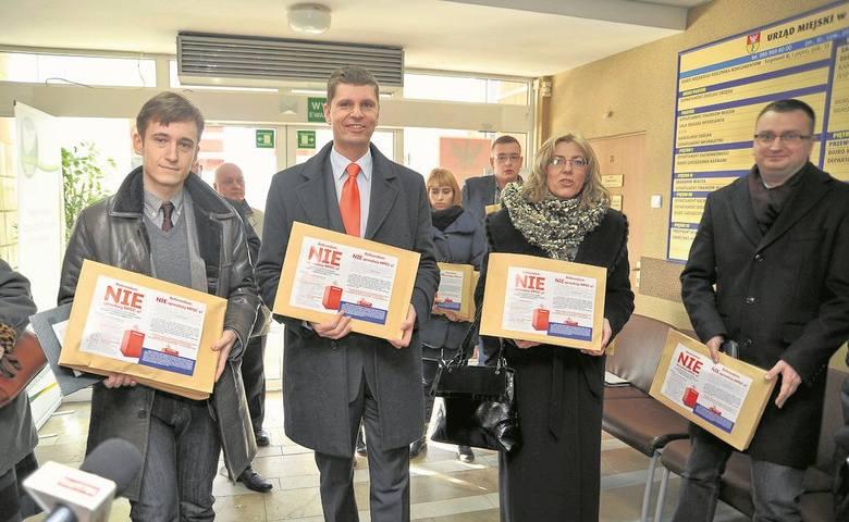 W 2013 roku Konrad Zieleniecki (pierwszy z lewej) zbierał podpisy, by w mieście zorganizować referendum i nie dopuścić do sprzedaży MPEC-u. Teraz jest rzecznikiem spółki. A ówczesny szef PiS-u w radzie miasta Rafał Rudnicki (pierwszy z prawej) jest teraz wiceprezydentem.